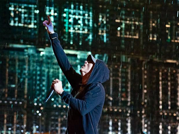 Eminem contempla chuva no F1 Rocks em SP